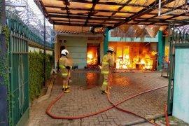 11 mobil pemadam kebakaran padamkan rumah terbakar di Kramat Jati