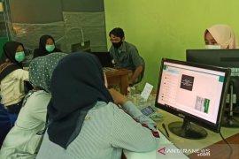 Di Garut, orang tua siswa kesulitan daftar sekolah secara daring