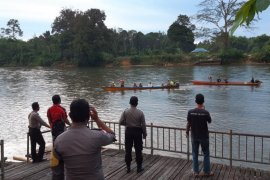 Longboat milik SOC karam satu warga tenggelam di sungai Mendalam