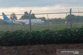 Garuda pecah ban setelah mendarat di landasan pacu Syamsudin Noor
