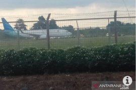 Pesawat Garuda pecah ban setelah mendarat di landasan pacu Syamsudin Noor