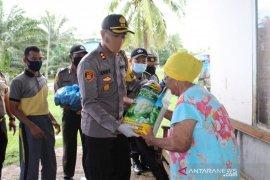 Polisi Mukomuko bagikan beras kepada warga