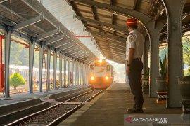 Daop 2 operasikan sejumlah kereta lokal dan jarak jauh di Stasiun Purwakarta