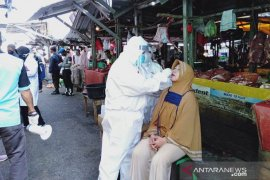Tim Gugus Pangkalpinang laksanakan swab massal di Pasar Pagi