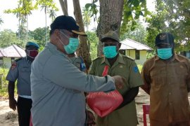 Kapolres Sarmi serahkan beras bantuan Polri ke warga Pulau Liki