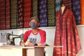 UMKM tenun ikat di Kediri buat masker dengan resleting