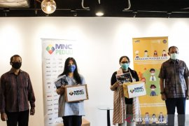 Kemenparekraf bagikan 50.070 masker kain untuk pekerja transportasi dan hotel
