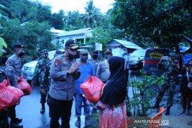 Polisi dan TNI salurkan ratusan paket bantuan bahan pokok di Kota Ambon