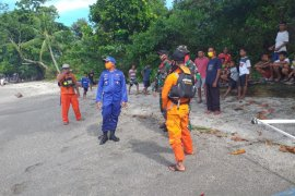 Ditpolairud dan Basarnas evakuasi dua jenazah warga SBB yang hanyut ke laut