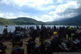 Lake Talang tourist attraction flooded with residents
