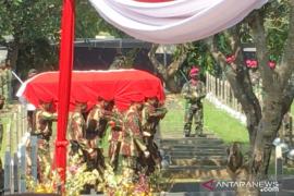Peti jenazah mantan Kasad Pramono Edhie tiba di TMP Kalibata