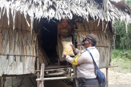 Polres Bangka Barat bagikan sembako di Kecamatan Tempilang