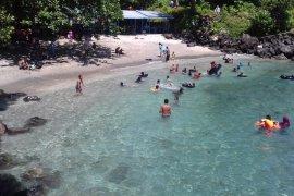 Warga nikmati destinasi wisata pantai Ternate manfaatkan hari libur