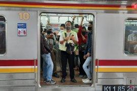 Calon penumpang rute Bogor dan Bekasi terpantau padat di Stasiun Manggarai