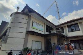 Menara di gedung BPN Garut roboh akibatkan satu orang meninggal dan empat luka