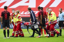 Penyerang Mainz Awoniyi dilarikan ke RS setelah gegar otak