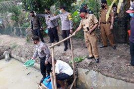 Bantu warga Walantaka, Kapolres Serang Kota tebar 10 ribu benih ikan