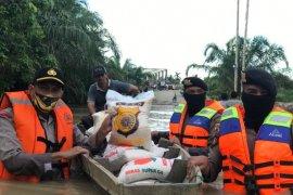 Pakai sampan, Polres Aceh Utara salurkan bantuan untuk korban banjir