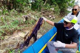 Dispora Libatkan Pemuda Pungut Sampah Plastik di Sungai Karang Mumus