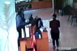 Tidak terima ditegur, oknum rombongan anggota DPRD Jabar pukul pegawai hotel terekam CCTV