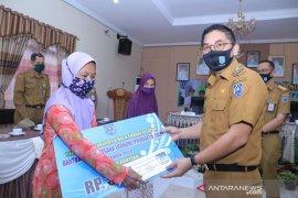 31 warga Padang Batung dan Loksado terima bantuan UEP