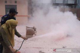 DKP3A Kaltim latihan gunakan alat pemadam kebakaran