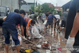 Sekelompok  pemuda gelar aksi sosial bersihkan lumpur di Bantaeng