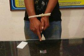 Dicari kasus penggelapan, tersangka miliki sabu, ditangkap setelah tembakan peringatan