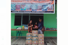 Pemuda Pancasila bagikan paket sembako di batas Indonesia - Malaysia