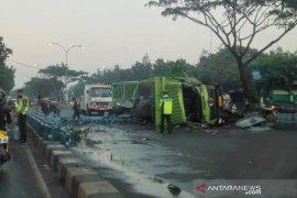 Truk bermuatan ratusan galon air minum kecelakaan bikin macet tiga km di Bandung