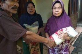Warga miskin bersyukur  peroleh bantuan beras dari Baznas Lebak