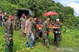 Personel Satgas Pamtas Mahulu bantu makamkan korban tenggelam
