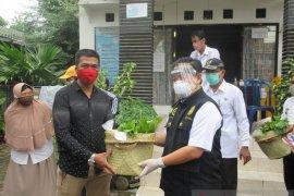 Wali Kota Banjarmasin serahkan bantuan sembako