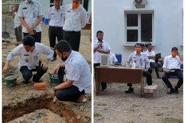 Sekda Langkat letakkan batu pertama pembangunan musolla Disdukcatpil