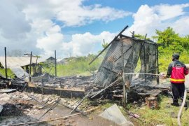 Sambil menangis, bocah 10 tahun berhasil selamatkan adik bayi saat rumahnya terbakar