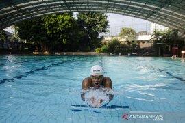 Latihan mandiri atlet renang Triady Fauzi