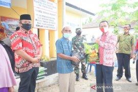 Wabup Bangka salurkan ratusan paket sembako di tiga desa (video)