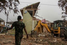 TNI PERBAIKI RUMAH WARGA RUSAK TERTIMPA PESAWAT TEMPUR