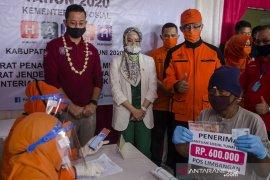 Mensos tinjau penyaluran bantuan sosial di Garut