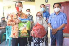 Wabup Bangka,Syahbudin salurkan bantuan ratusan paket sembako