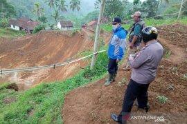 Sembilan rumah warga  terancam bahaya pergerakan tanah di Garut