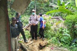 Seorang warga tewas tertimpa tanah longsor di Tasikmalaya