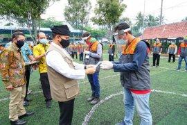 Bupati Banyuwangi serahkan sertifikat kompetensi normal baru kepada pemandu wisata