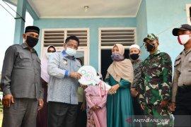 Bantuan rumah duafa, Wali Kota Aminullah serahkan tiga unit ke warga