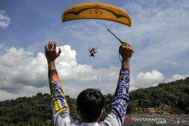 Latihan atlet Paralayang jelang PON Papua