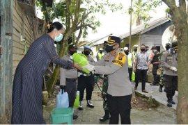 Video - Kapolres Barito Kuala sambangi warga bagikan sembako