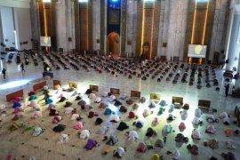 Ratusan jamaah  ikuti shalat gerhana di Masjid Al Akbar Surabaya