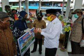 Bupati serahkan 1.311 paket sembako di tiga kecamatan