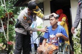 Kapolres Lhokseumawe bantu kursi roda untuk Haikal, anak penyandang disabilitas
