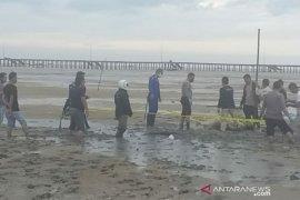 Polres Bangka Barat evakuasi mayat di pinggir Pantai Iklim Teluk Rubiah Mentok